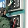 Бензин в России за неделю подешевел оптом, но не в розницу
