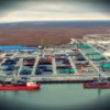 «ЯМАЛ СПГ» досрочно погрузил сваи грузовых причалов морского порта Сабетта.