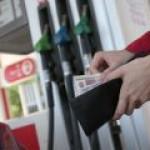 Бензин в России за неделю подешевел оптом, но подорожал в розницу