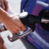 Бензин в РФ вновь слегка подешевел оптом, но подорожал в розницу