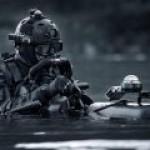 Британский спецназ ведет поиск магнитных мин на корпусах СПГ-танкеров