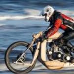 Деревянный мотоцикл с двигателем на водорослях создали в Голландии