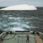 """""""Роснефть"""" провела уникальный эксперимент по буксировке огромного айсберга"""