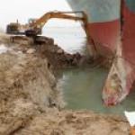 Суэцкий канал разблокируют выемкой многих тысяч тонн песка