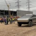 Маск впервые показался на публике за рулем Cybertruck