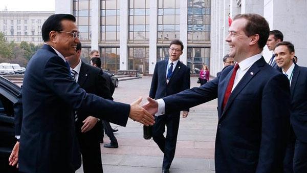 рукопожатие российского и китайского премьеров Медведева и Ли Кецяна