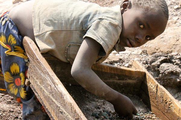 Resultado de imagem para TRABALHO INFANTIL NO CONGO PARA FAZER CELULAR
